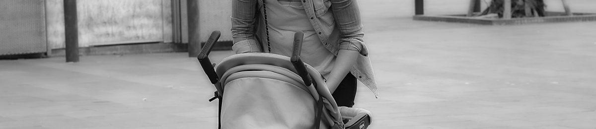Silla de paseo en blanco y negro y con mucho peso en los asideros