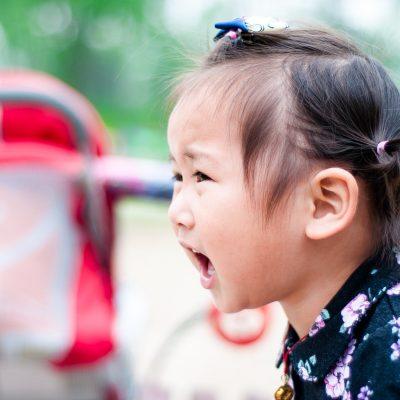 La niña está triste porque no conoce PONNY, el sistema antivuelco de sillas de paseo de segunda edad.