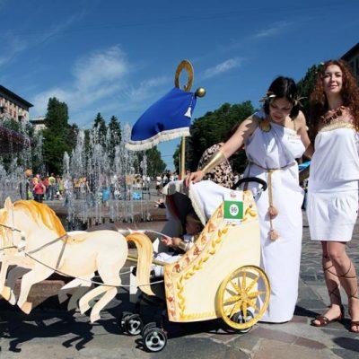Silla de paseo disfrazada emulando una cuádriga en un festival ruso