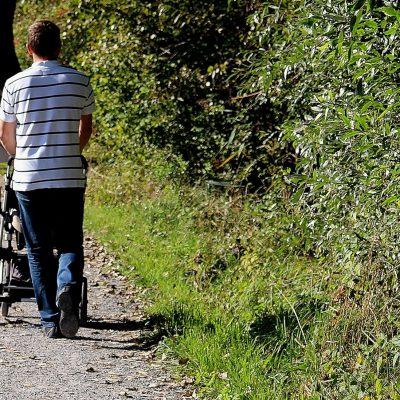 Papa paseando a bebe en silla de paseo con sombrilla sin accesorio antivuelco PONNY de PonnyShop