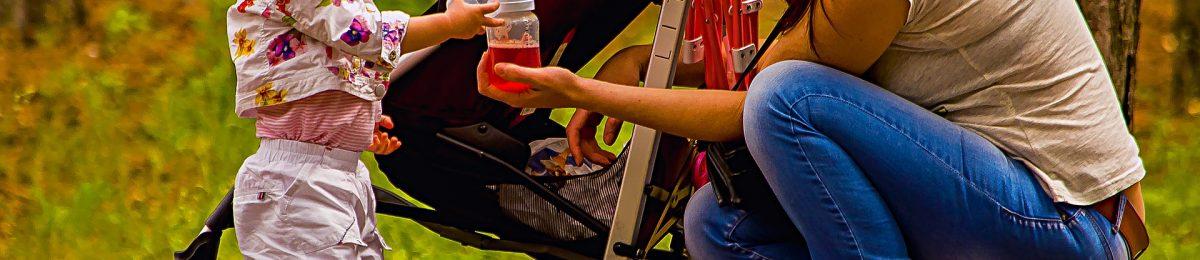 madre y bebe con silla de paseo de fondo en la que no se aprecia si lleva el accesorio anti vuelco PONNY de PonnyShop