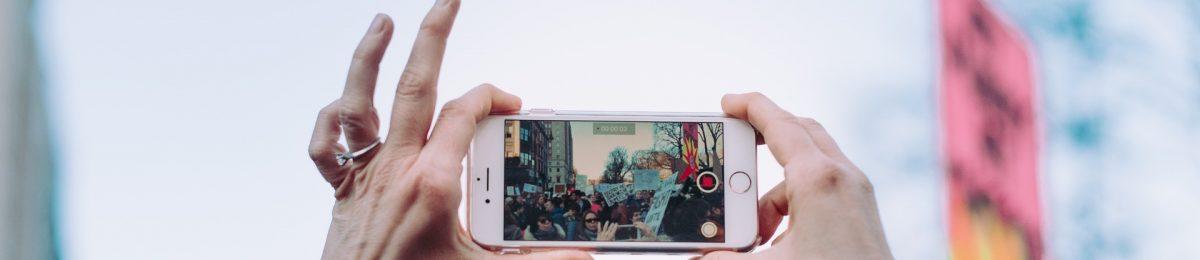 Manos gravando video con un telefono movil