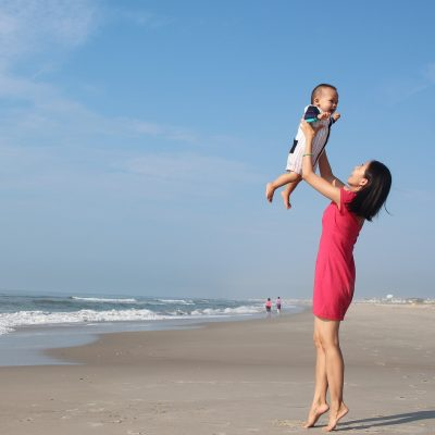mama que busca inventos para que la vida en verano con bebé sea más fácil y compra el sistema antivuelco PONNY de PonnyShop