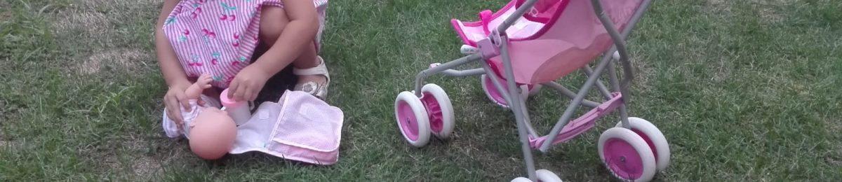 Arlet jugando con su silla de paseo sin sistema antivuelco PONNY de Ponnyshop